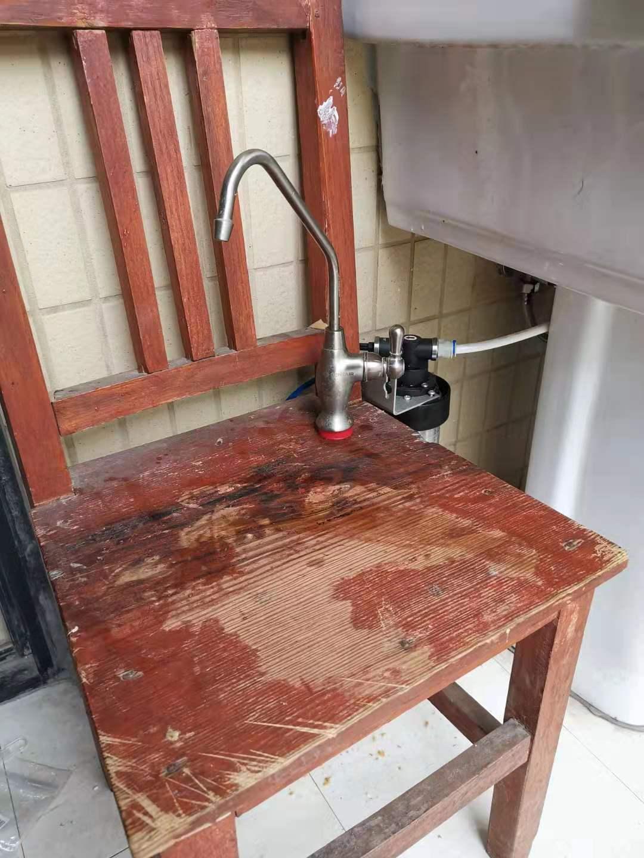 安装在厕所马桶旁边的爱惠浦净水器-任性得不要不要的  爱惠浦售后 第1张